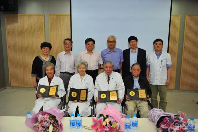 为四位病理学家献花并颁发纪念牌